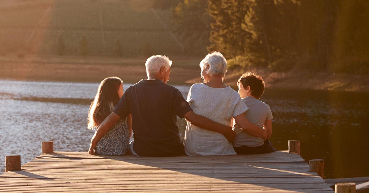 ahorrar para jubilación abuelos con nietos en lago atardecer